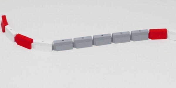 Streckenbegrenzung betongrau kombiniert mit rot / weiss